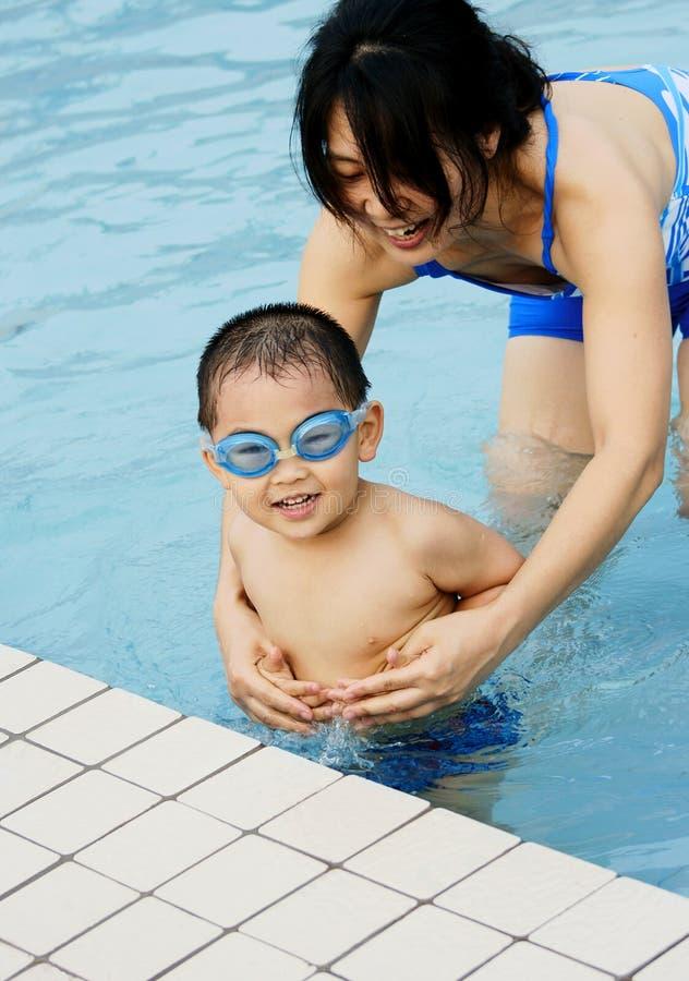 Zwemmende jongen en moeder royalty-vrije stock foto's