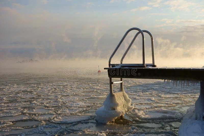 Zwemmende pier en boei in de het bevriezen Oostzee in Helsinki, Finland stock afbeelding