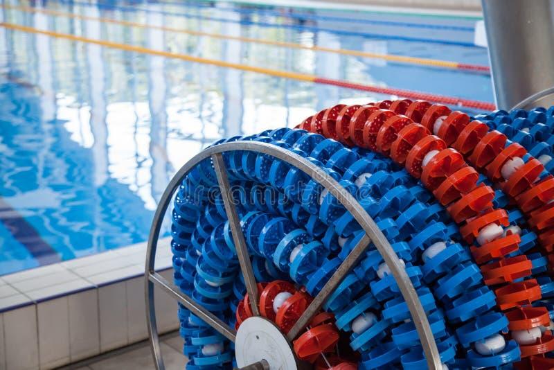 Zwemmende stegentellers in spoelopslag, dichtbij de pool De lijnen van de poolsteeg voor atletiek, het zwemmen stock afbeelding