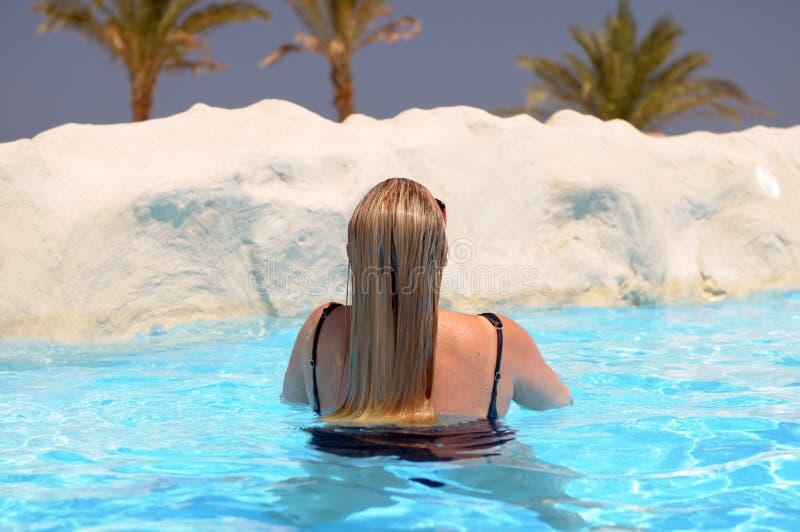 Zwemmende vrouw stock foto's