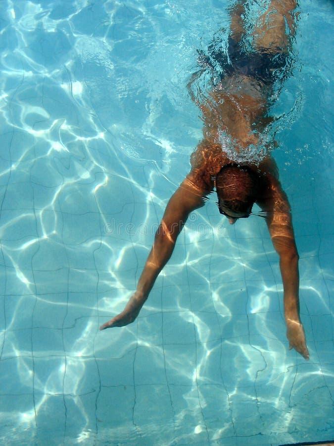 Zwemmer bij zwembad stock foto