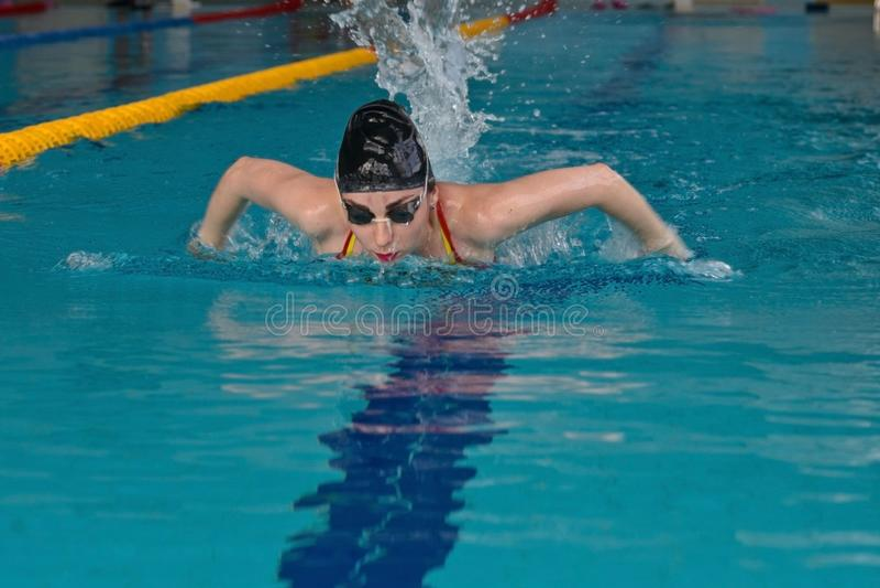 Zwemmer in de binnenpool stock fotografie