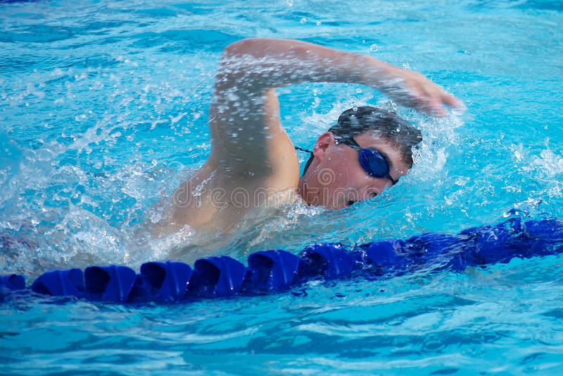 Zwemmer die een Snelle Adem nemen die Vrije slag doen royalty-vrije stock afbeelding
