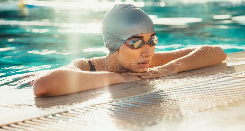 Zwemmer die rust na praktijk nemen stock foto