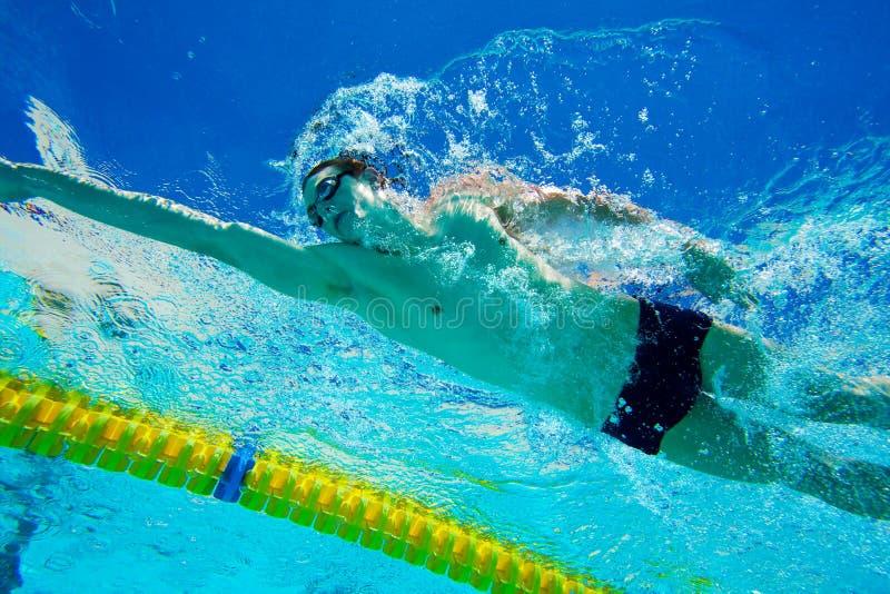 Zwemmer in Pool Onderwater royalty-vrije stock fotografie
