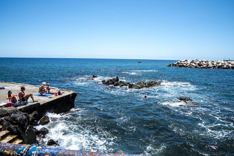 Zwemmers dichtbij het fort van Sao Tiago in Funchal Madera stock fotografie
