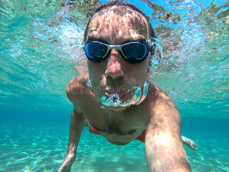Zwemmersmens die een onderwaterselfie nemen stock foto's