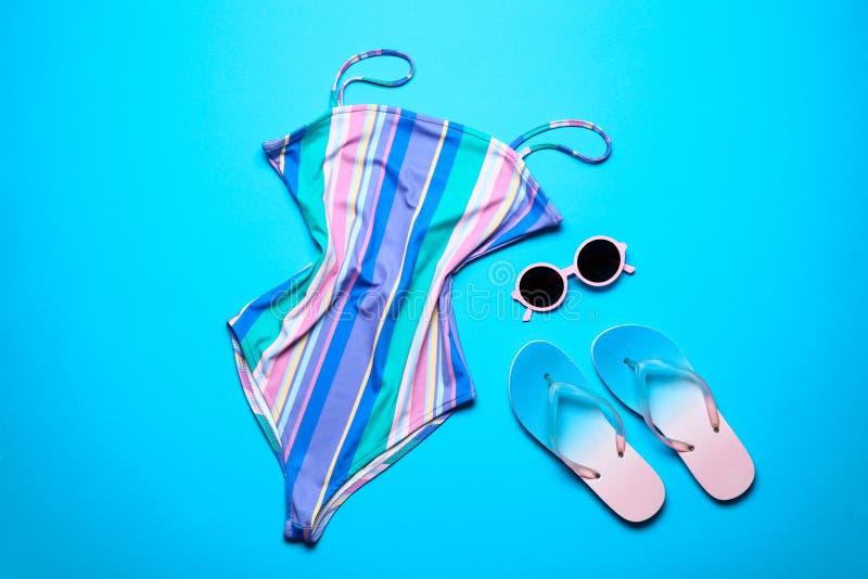 Zwempak, zonnebril uit één stuk en wipschakelaars stock afbeelding