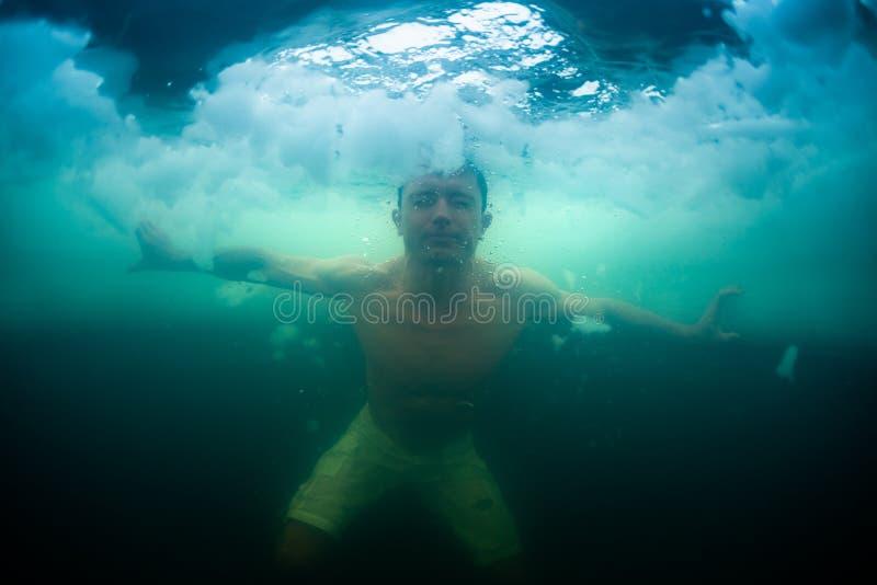 Zwemt de recreatieve winter van jonge mensenrijken royalty-vrije stock afbeeldingen