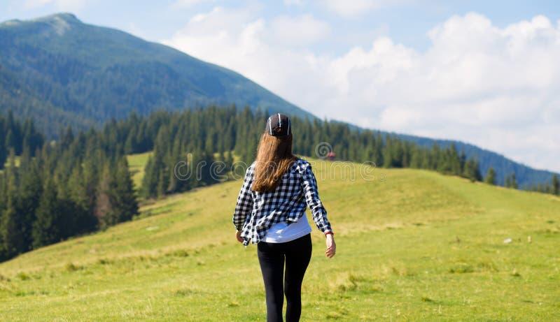 Zwerflust en reisconcept met ruimte voor tekst hipster reiziger bovenop bergen, verbazende mening Modieuze vrouw wandeling stock foto