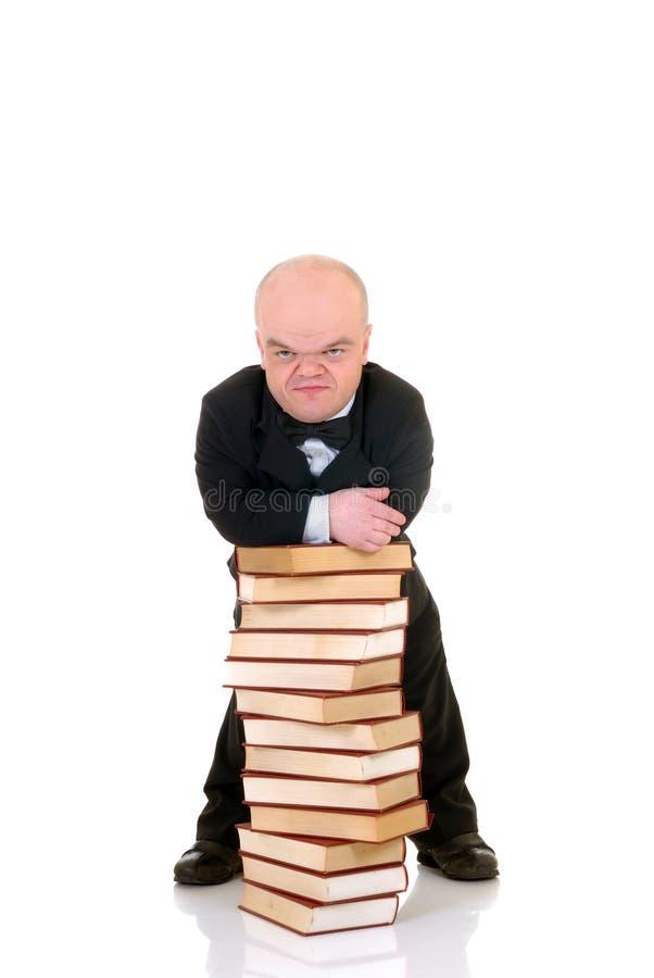 Zwerg, kleiner Mann mit Büchern stockfotografie