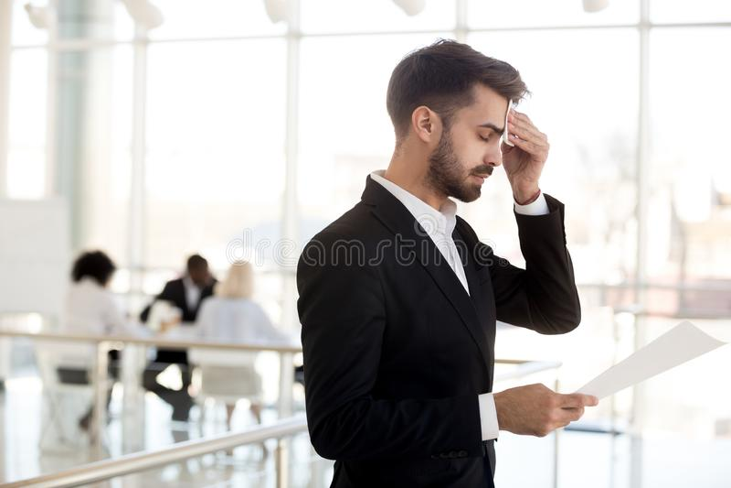 Zwetend zenuwachtig zakenman afvegend voorhoofd bang vóór publiek stock afbeeldingen