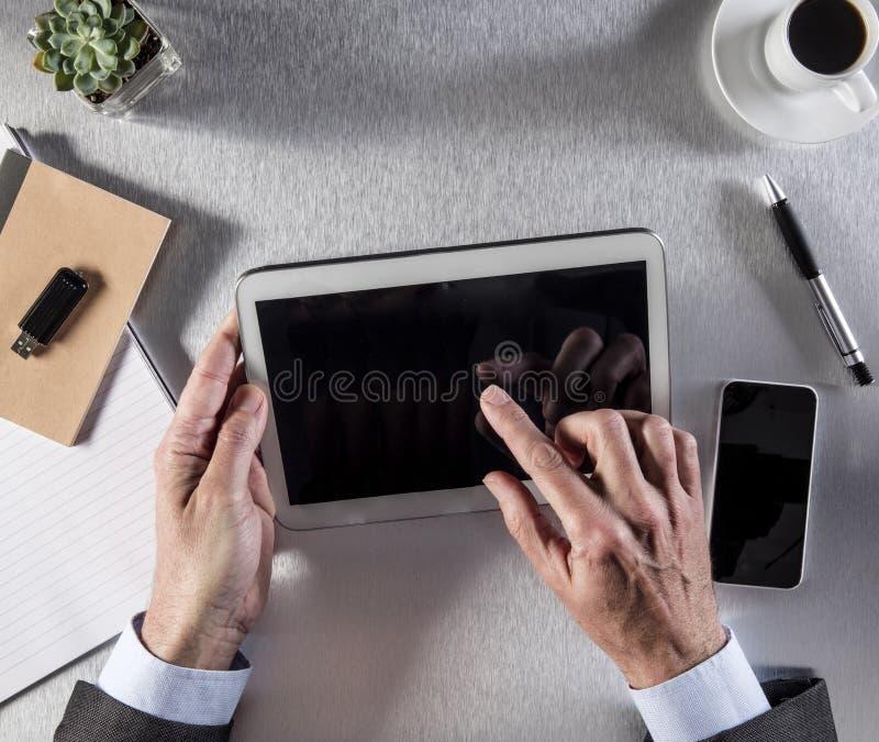 Związany biznesmen wręcza działanie z wiele internetów ekranami, obrazy royalty free