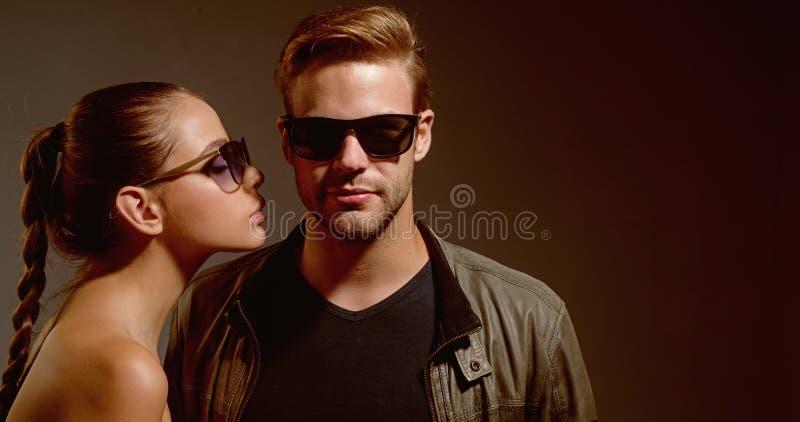Związek przeżyje na zaufanie przyjaźni dniu Przyjaźni powiązania Moda modele w modnych szkłach miłość pary zdjęcie royalty free