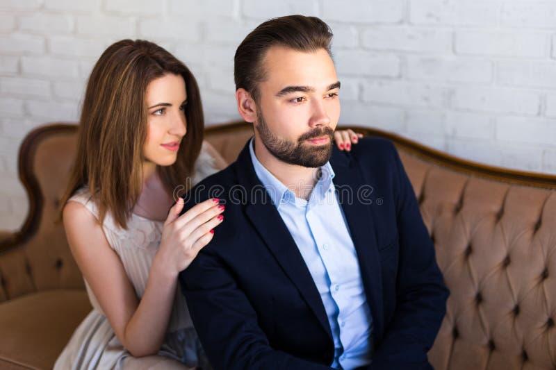 Związku pojęcie - portret piękny pary obsiadanie na s fotografia royalty free