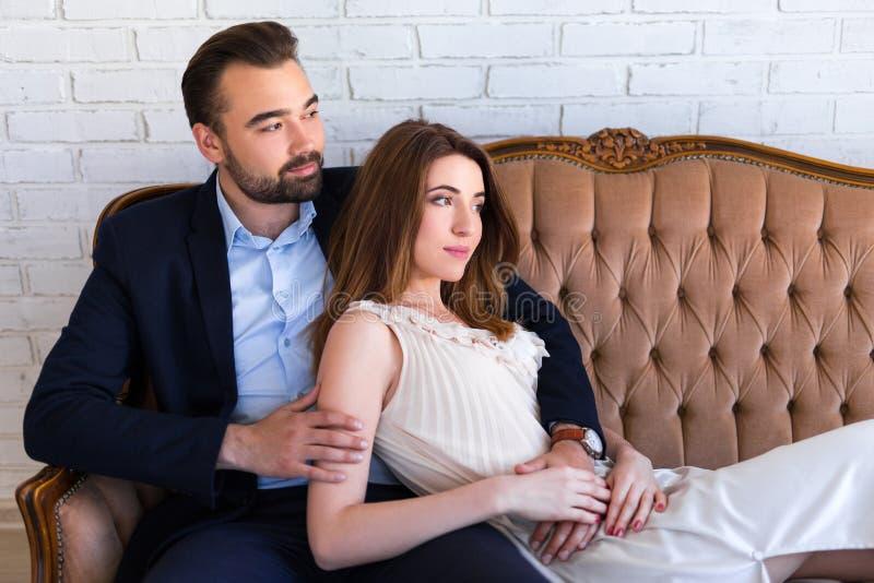 Związku pojęcie - portret szczęśliwy piękny pary sittin zdjęcie stock
