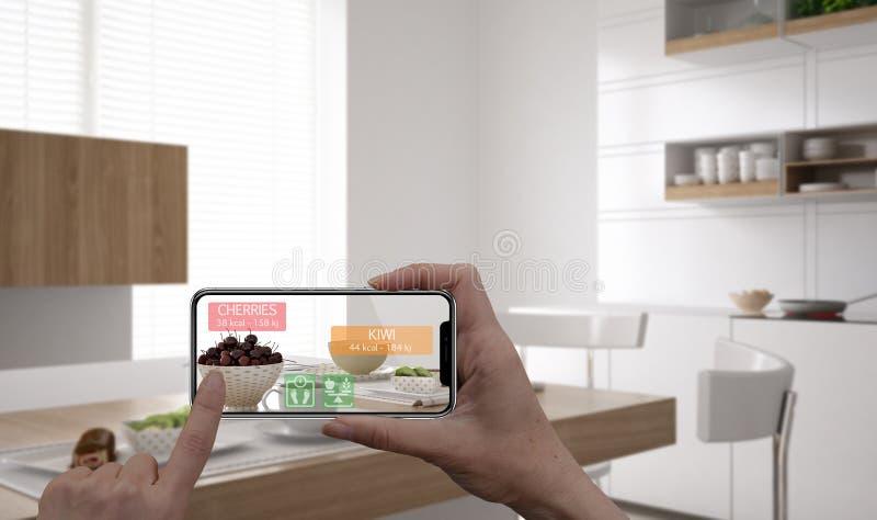 Zwiększający rzeczywistości pojęcie Ręka trzyma cyfrowej pastylki telefonu mądrze use AR podaniowy sprawdzać informację kalorie w zdjęcia royalty free
