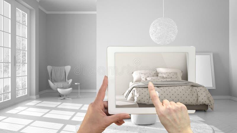 Zwiększający rzeczywistości pojęcie Wręcza mienie pastylkę z AR zastosowaniem używać symulować meblarskiego i wewnętrznego projek zdjęcia stock