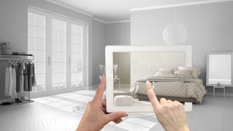 Zwiększający rzeczywistości pojęcie Wręcza mienie pastylkę z AR zastosowaniem używać symulować meblarskiego i wewnętrznego projek fotografia royalty free