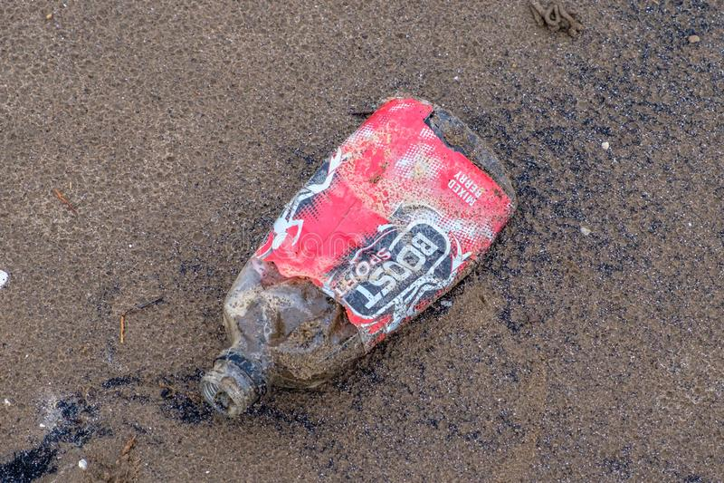 ZwiÄ™kszenie sporta butelka którego w górÄ™ lub za być wokoÅ'o Å'Ä…czyć plastikowego zanieczyszczenie w Scotlands rzece Clyde zdjęcia royalty free