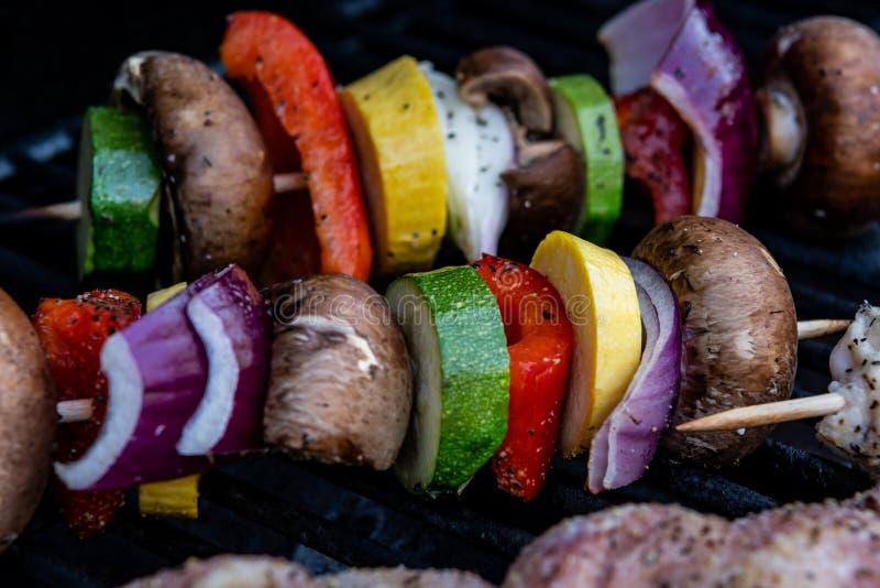 Zwiebel-, Pilz-, Zucchini-und Pfeffer-Kebab-Grillen stockfotografie