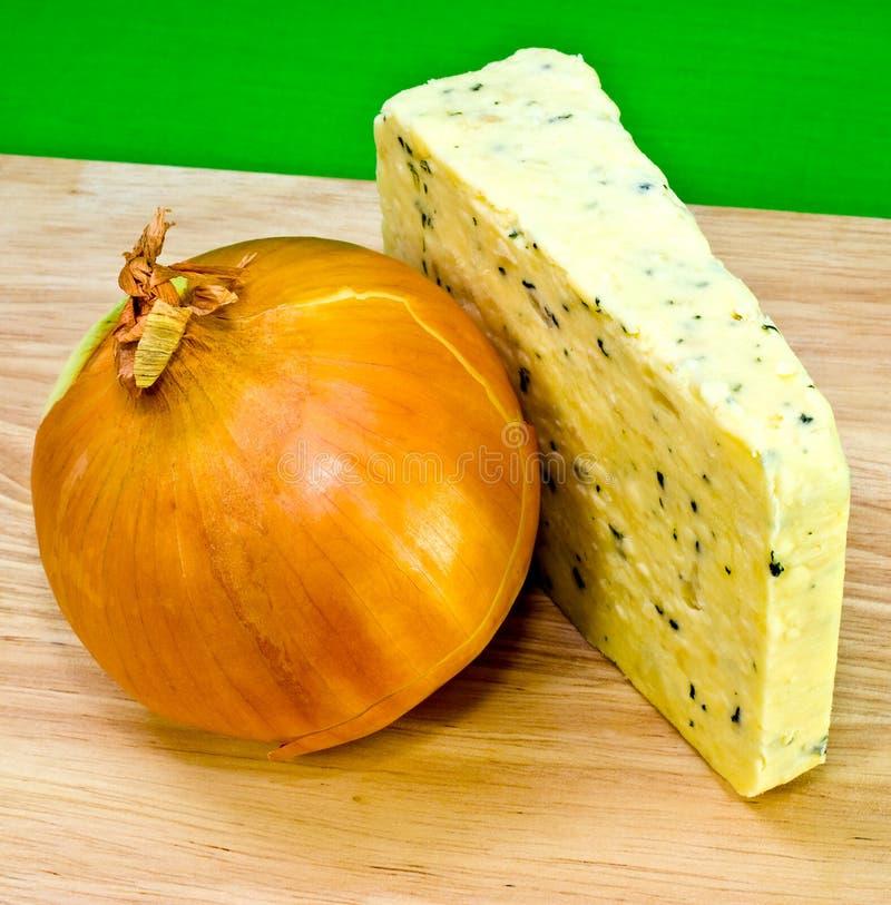 Zwiebelen-Käse und vollständige Zwiebel lizenzfreie stockfotografie