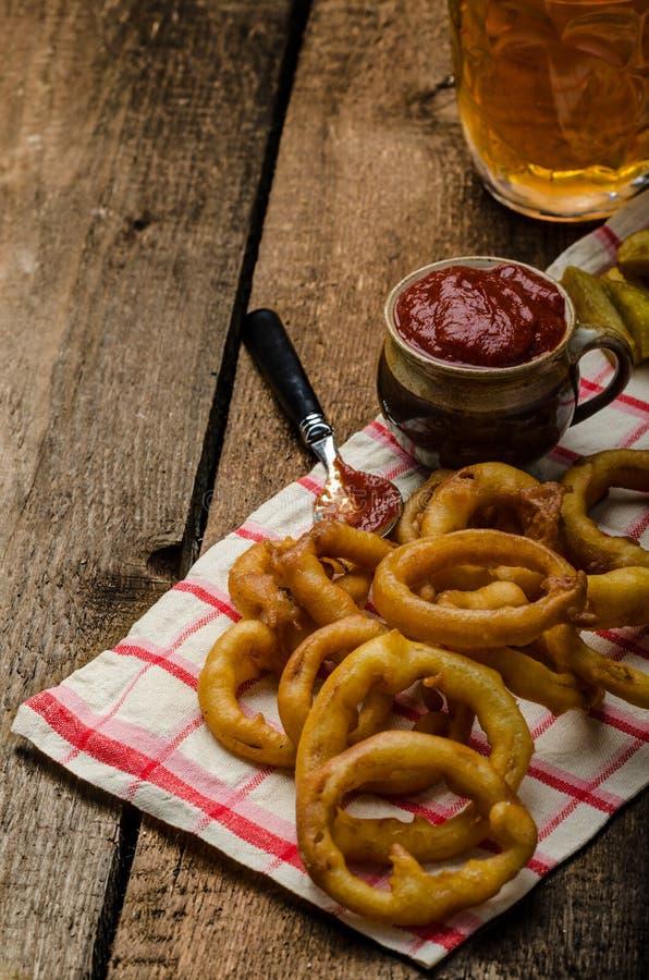 Zwiebelringe, heißes Bad, Pommes-Frites und tschechisches Bier lizenzfreie stockbilder