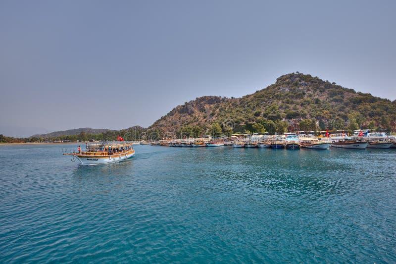 Zwiedzająca łódź z turystami na pokładzie żeglujący od mola zdjęcia stock