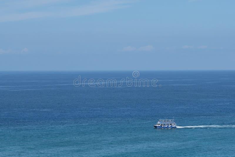 Zwiedzająca ocean łódź fotografia stock