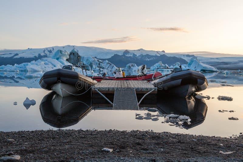 Zwiedzający łódkowaty wiązany puszek blisko brzeg obraz royalty free