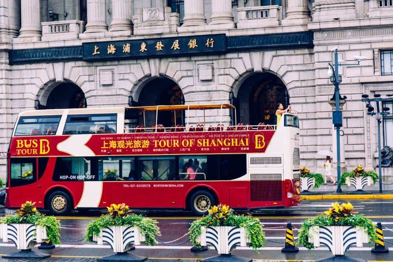 Zwiedzający autobus w bund Szanghaj obraz royalty free