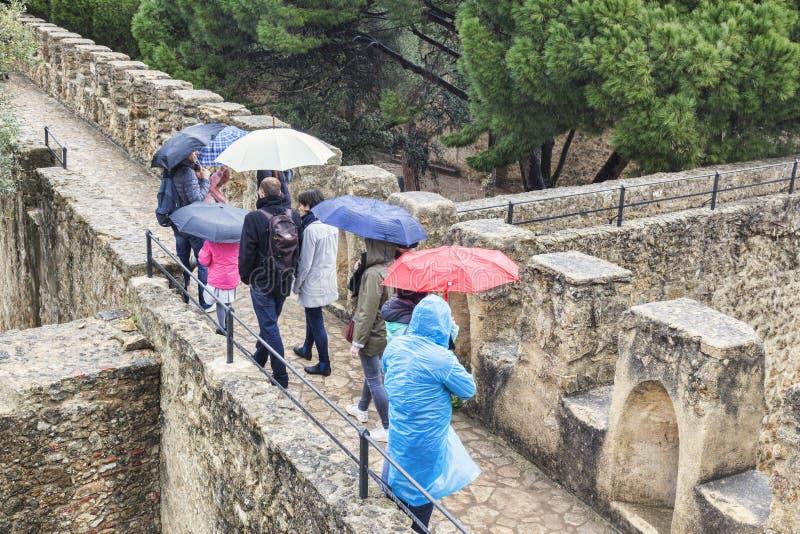 Zwiedzający w deszczu, Lisbon kasztel obraz royalty free