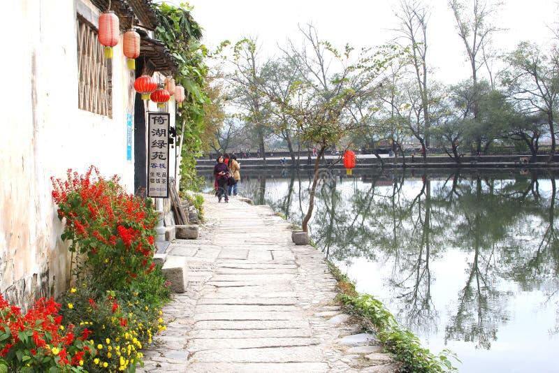 Zwiedzający w scenicznej ulicie wzdłuż jeziora w wodnej wiosce Hongcun, Chiny fotografia royalty free