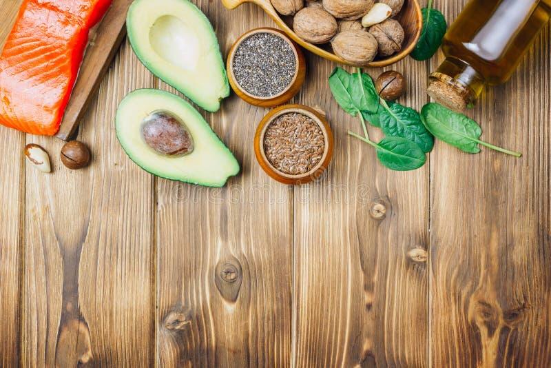 Zwierzęcy i jarzynowi źródła omega-3 kwasy jako łosoś, avocado, linseed, olej, dokrętki, chia ziarna, szpinaki zdjęcie stock