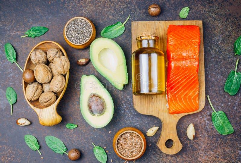 Zwierzęcy i jarzynowi źródła omega-3 kwasy jako łosoś, avocado, linseed, olej, dokrętki, chia ziarna, szpinaki obrazy royalty free