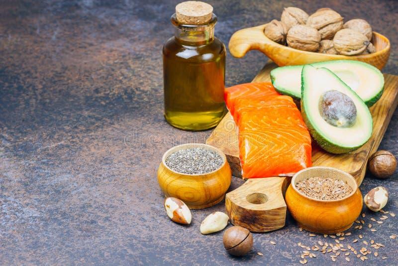 Zwierzęcy i jarzynowi źródła omega-3 kwasy jako łosoś, avocado, linseed, olej, dokrętki, chia ziarna, szpinaki obraz royalty free