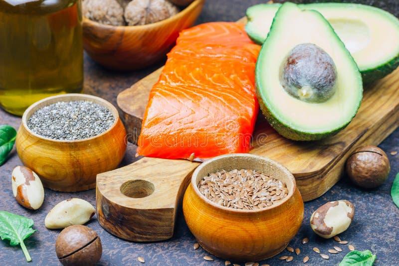 Zwierzęcy i jarzynowi źródła omega-3 kwasy jako łosoś, avocado, linseed, olej, dokrętki, chia ziarna, szpinaki zdjęcia royalty free