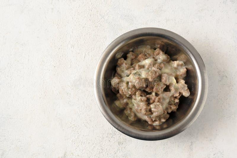 Zwierzęcy jedzenie z kumberlandem dla zwierząt domowych jak koty lub psy w metal opłacie obraz royalty free