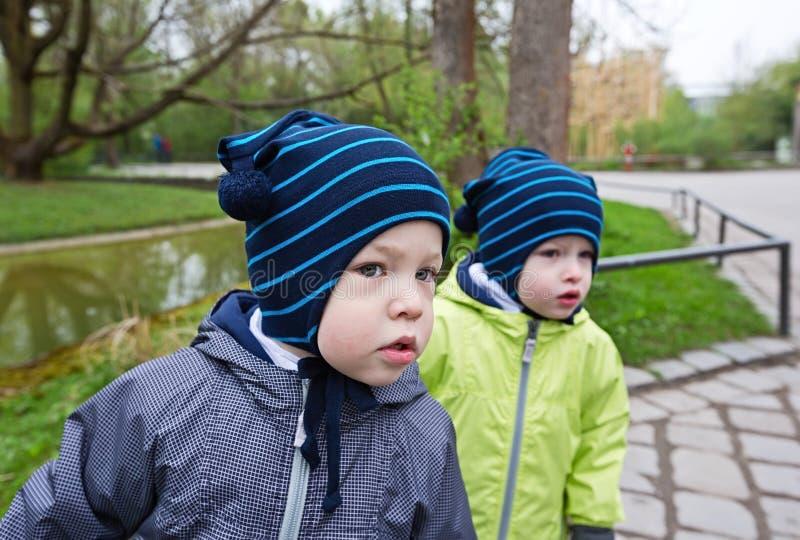 Zwillinge auf der Straße lizenzfreies stockbild