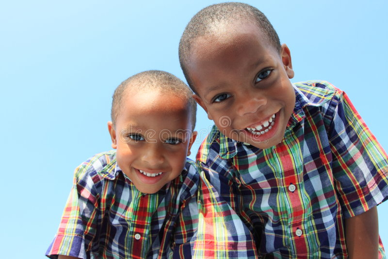 Zwillinge, die nach unten lächeln lizenzfreie stockbilder
