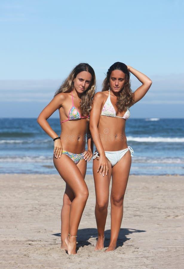 Zwillinge im Strand stockfotografie