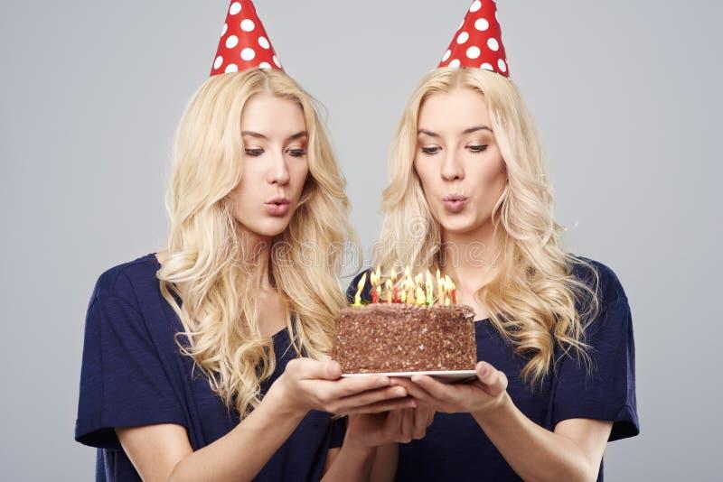 Zwillinge im Studio stockbild