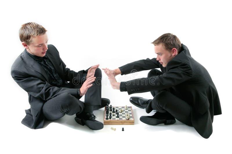 Zwillinge spielen ein Schach lizenzfreies stockfoto