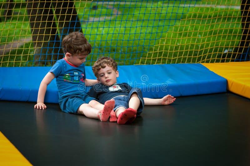 Zwillinge stehen auf der Trampoline still lizenzfreie stockfotos