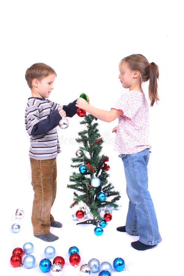 Zwillinge und Weihnachtsbaum stockbild