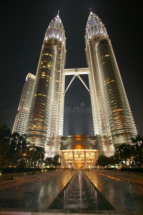 Zwillingkontrolltürme in Malasia stockbild