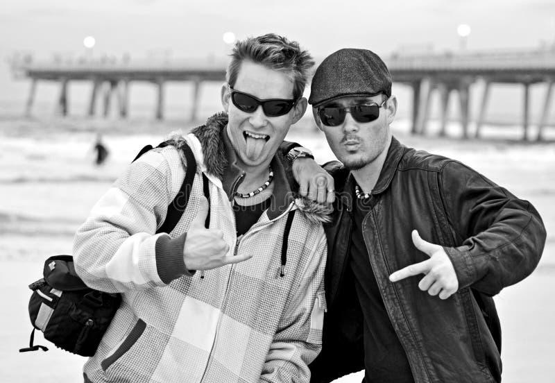 Zwillingsbrüder, die etwas Spaß auf dem Strand haben. lizenzfreie stockfotos