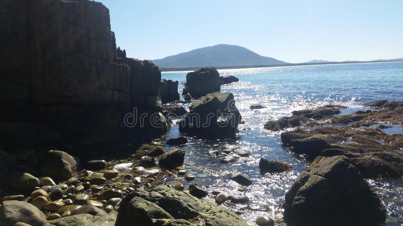 Zwischen dem Felsen stockbild