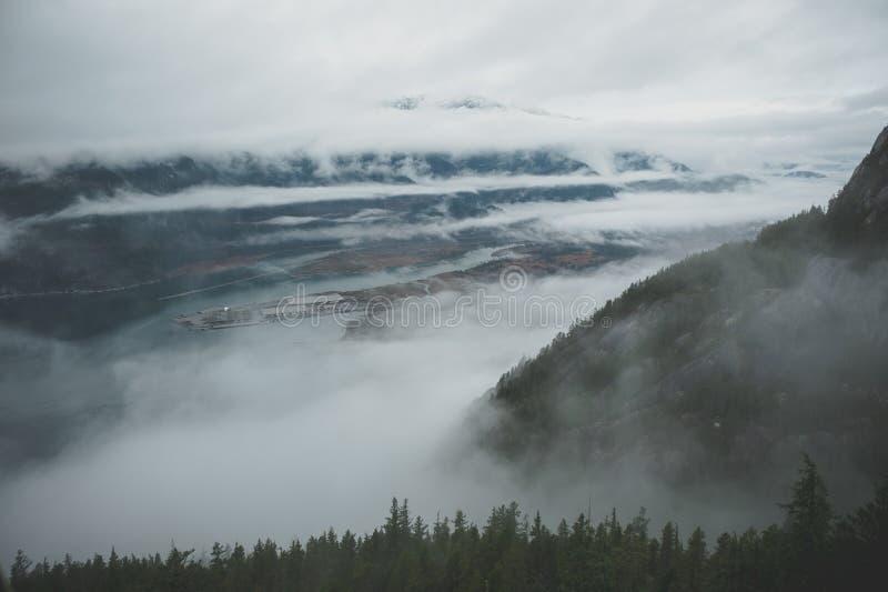 Zwischen Schichten Wolken, erscheint Howe Sound vom Hoch oben lizenzfreie stockfotografie