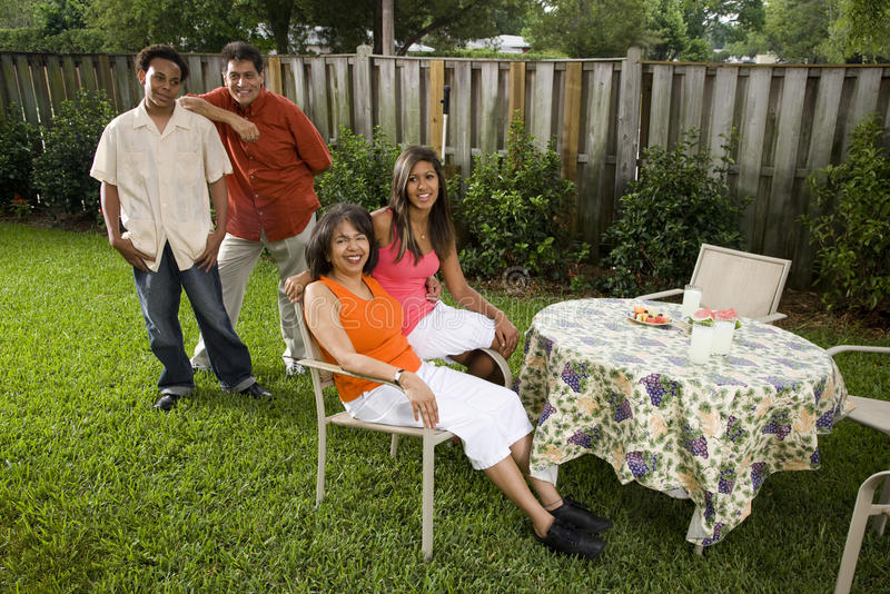 Zwischen verschiedenen Rassen Familie stockfotografie